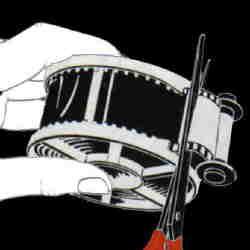N'oubliez pas de dérouler régulièrement le film hors de la cartouche. A la fin, coupez le au ras de la cartouche et embobinez le reste. Placez la spire dans la cuve, fermez le couvercle et allumez la lumière. Félicitations, vous avez chargé votre première spire!